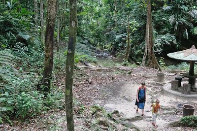 Für den Weg von der Strasse zum See in Labi braucht man nur 10-15 Minuten.