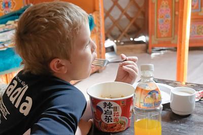 Richard bekam eine Nudelsuppe. Er hat bis jetzt wilich alles probiert, aber das mongolische Mittagessen war zu viel.
