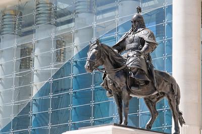 Ein grimmiger mongolischer Reiter bewacht den Palast.