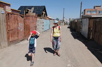 Auf dem Weg zum Kloster Gadan kamen wir durch einen etwas ärmlicheren Stadtteil.