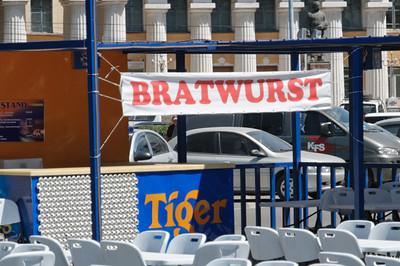 Deutsche Bratwurst mit malayischem Tiger Bier.