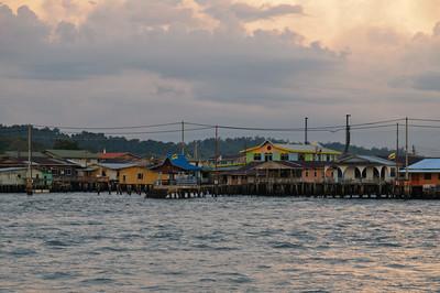 Zum Abschluss waren wir noch auf einer Tour durch die Wasserstadt Kampong Ayer. Der Führer wollte uns Affen, Glühwürmchen und Krokodile zeigen