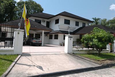 Grafes Haus ist schon für den 65. Geburtstag des Sultans am 15. Juli hergerichtet.
