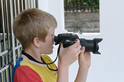 Oskar hat Bernds alte Kamera mitgenommen. Die Kamera ist zwar noch ganz ok, er fragt aber trotzdem immer, wann Bernd sich eine neue kauft.