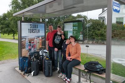 Der Vormittag war noch etwas stressig. Mussten noch den neuen Ofen anschliessen. Trotzdem sind wir natürlich mit dem Bus zum Flughafen gefahren.