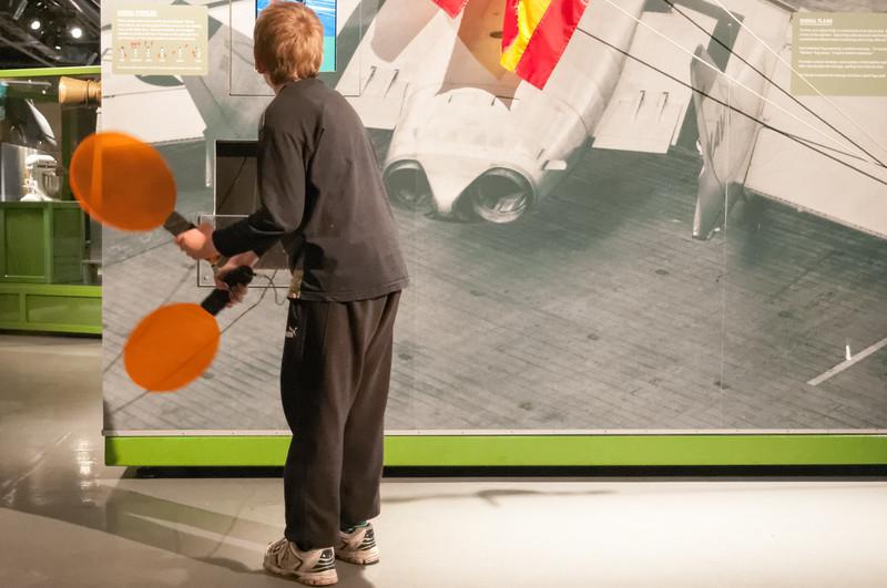 Richard hilft beim Einparken eines Flugseugs.