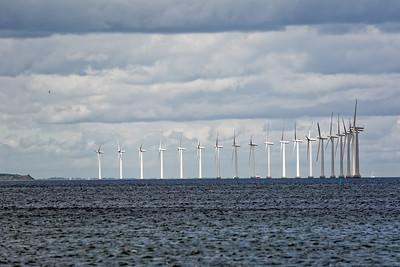 Vor dem Hafen von Kopenhagen stehen Windräder.