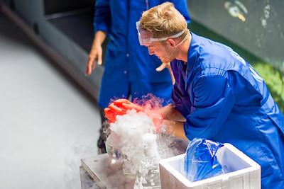 HEs gibt nicht nur Fische sondern auch Physik. Experimente mit Trockeneis.