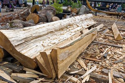 Hier wird gezeigt, wie die Wikinger einen Baum in Bretter zerlegt haben.