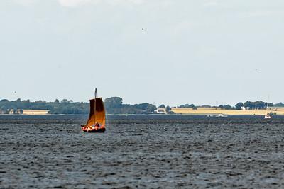 Draussen auf dem Wasser hatte eines der Boote das Segel gesetzt.