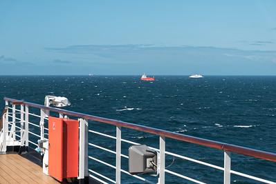 Es ist viel Verkehr auf der Ostsee. Diese Schiffe fuhren dien ganzen Morgen neben uns her.