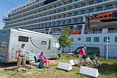 Erich und Karen machen an der Ostsee Urlaub mit dem Wohnmobil.