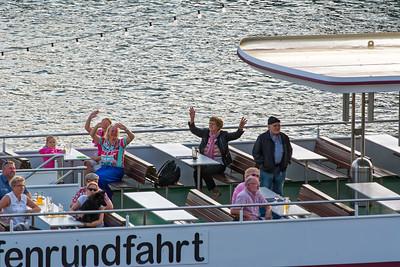 Auf diesem Boot war super Stimmung. Wir konnten die Musik sogar bei uns hören.