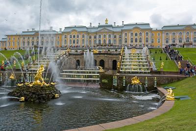 Die Gärten und Fontänen des Peterhofes sind sehenswert.