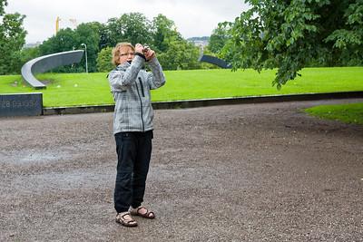 Richard fotographiert jetzt auch. Dahinter das Denkmal für die in den Neunzigern gesunkene Fähre (Estonia).