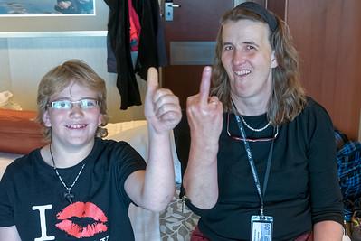 """Richard hat beim Zauberer eie DVD mit Trickd, Trickkarten und einen """"Magic Finger' gekauft."""