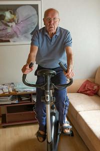 Nach der OP geht es Opa Erich viel besser. Er muss aber viel trainieren, um wieder ganz auf die Beine zu kommen.