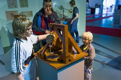 In Bremen waren wir auf einer Da Vinci Ausstellung. Viele seiner Konstruktionen waren nachgebaut und konnten probiert werden.