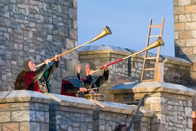 Die Fanfaren blasen zur Hochzeit in der belagerten Festung.