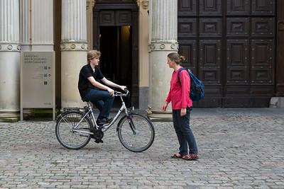 Oskar fährt im Hof vom Landtag Fahrrad.