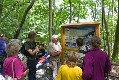 Ein Ranger (Förster) hat uns den Buchenwald und die Geologie der Kreidefelsen erklärt. Die einstündige Führung hat sich gelohnt.