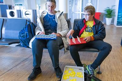 Richard packt schon am Flughafen in Stavanger eines seiner Spiele aus.