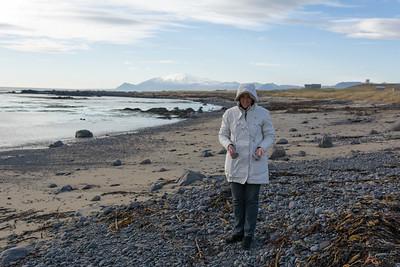 An diesem schönen Strand füllt Helga ihre Steinsammlung auf.