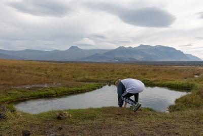 Aber dann haben wir die heisse Quelle gefunden. Richard testet schon einmal das Wasser.