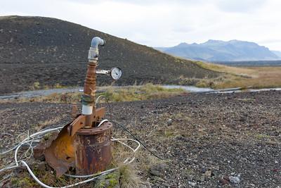 """Kann man hiermit die Wassertemperatur regulieren? Nein, ist nur Schrott, der die """"heisse"""" Quelle markiert."""