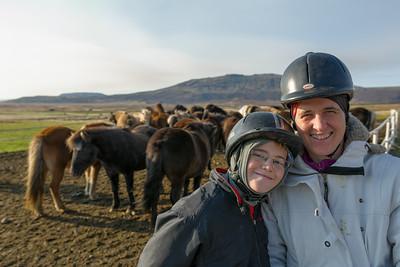 Richard wünschte sich einen Ausflug auf Islandponys. Eine oder zwei Stunden? Richard wollte unbedingt zwei. Helga und Bernd waren nicht ganz so überzeugt...