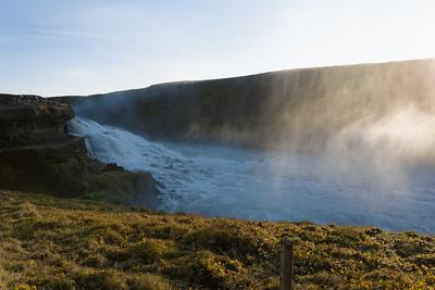 Heute waren wir am Goldenen Wasserfall (Gullfoss). Lange nicht so gross wie Niagara, Victoria oder Iguazu, aber auch sehr beeindruckend.