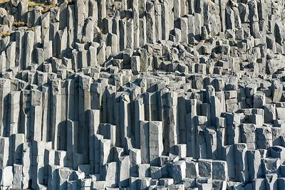 Diese Basaltsäulen stehen direkt am schwarzen Strand in der Nähe von Vik.