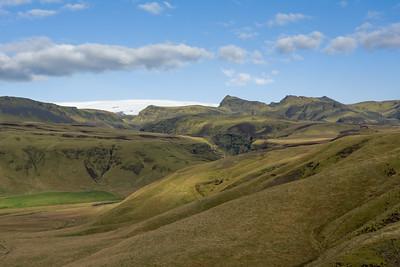 Im Hintergrund einer der Mýrdalsjökull, einer der vielen Gletscher Islands.