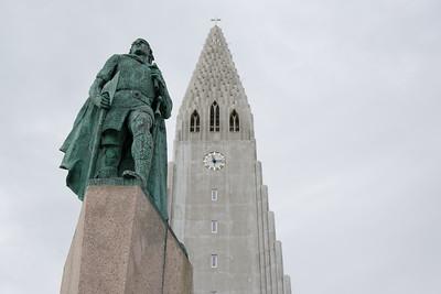 Davor steht eine Statue von Leif Erikson.