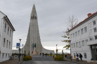 Die Hallgrímskirkja in Reykjavik sieht von aussen toll aus.