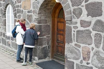 Hier erklärt Helga dem Richard, dass dieses Haus aus vulkanischem Stein gebaut ist.