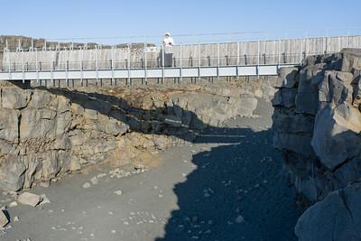 Diese Brücke verbindet die eurasische und die nordamerikanische Platte, die sich im Jahr etwa 2cm auseinander bewegen.