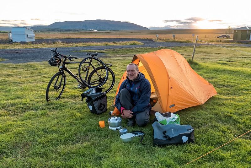 Vorm Zelt wird schon mal der neue Kocher für einen Tee ausprobiert.
