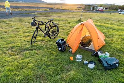 Um 1200 geht's los und erst so gegen 2100 wird das Zelt auf einen Campingplatz aufgebaut.