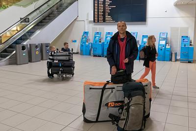 Das Fahrrad ist in einer speziellen Taschee verpackt. Bernd hat ein Businessclass Ticket und kann deswegen 2 Gepäckstücke mitnehmen.
