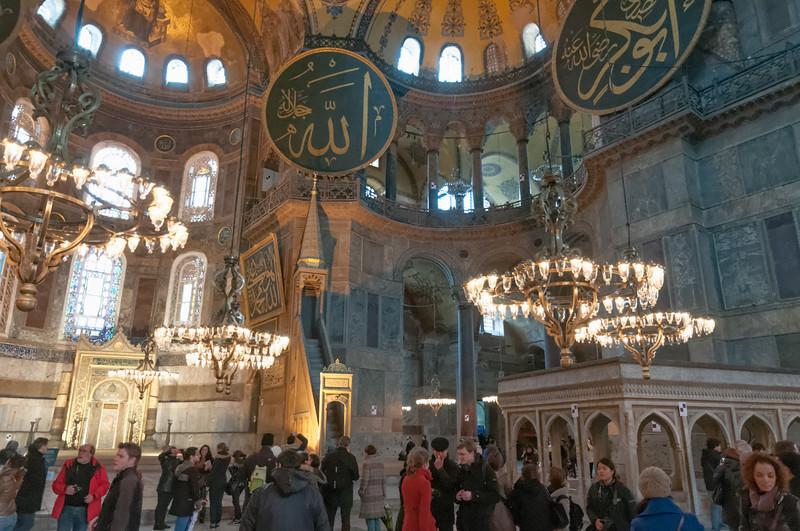 Die Hagia Sophia war zunächst eine christliche Kirche, bevor sie Mitte des 15. Jahrhunderts eine Moschee wurde. Heute wird sie als Museum genutzt.