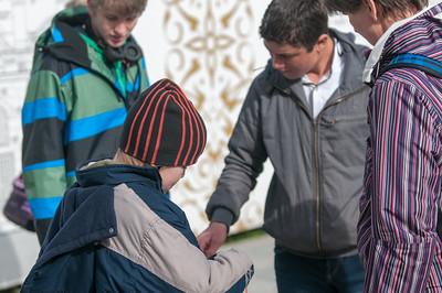 Richard bei seiner Ausbildung um Teppichhändler. Er verhandelt mit einem Verkäufer um einen Kreisel.