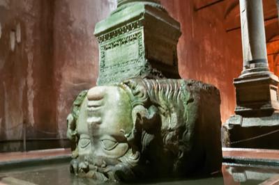 Zwei der Säulen haben unten Frauenköpfe, die Medusen.