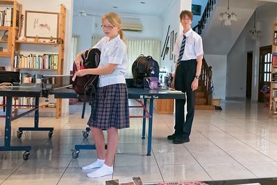 Die Kinder brauchen in der Schule eine Schuluniform.