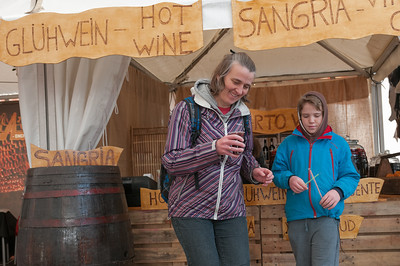 Auf einem der Plätze im Zentrum waren Zelte aufgebaut. Vermutlich wegen Karneval. Es roch verdächtig nach Glühwein und den haben wir dann auch gefunden.