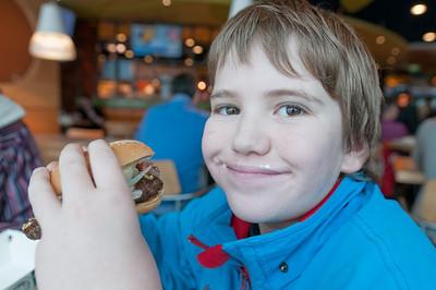 In Amsterdam hatten wir 4 Stunden Aufenthalt. Richard und Helga hatten Hunger und bestellten Hamburger.