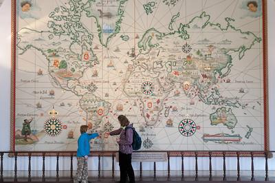 Diese Karte im Museum zeigt, wie 1494 im Vertrag von Tordesillas die Welt in einen spanischen und portugiesischen Teil aufgeteilt wurde.