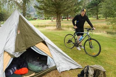 In Suldal wollten wir eigentlich in einem Hotel übernachten. Das war allerdings voll.. Dann haben wir einen netten Platz direkt am Syldalsc\vantnet gefunden und unser Zelt ayfgebaut.