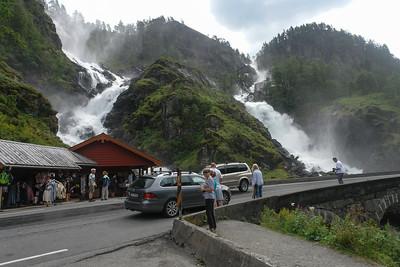 Überall am Weg sahen wir schöne Wasserfälle. Dieser liegt kurz vor Odda,.