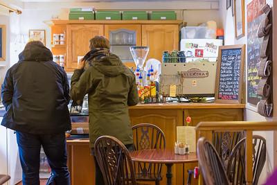 In diesem netten Cafe haben wir gewartet, bis die Whiskeybrennerei öffnete.